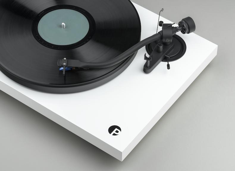 Pro-Ject Debut III S Audiophile: giradischi con stile… e con un nuovo logo