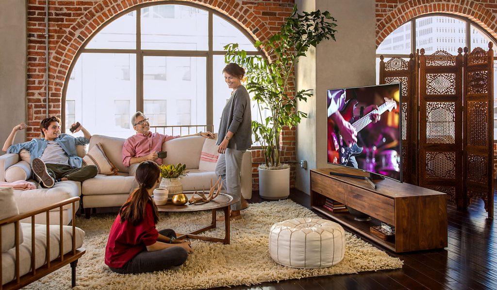 Schermo curvo e Supreme UHD Dimming per i TV Samsung NU7645