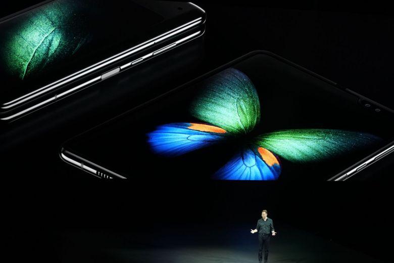 Samsung svela il primo smartphone pieghevole Galaxy Fold